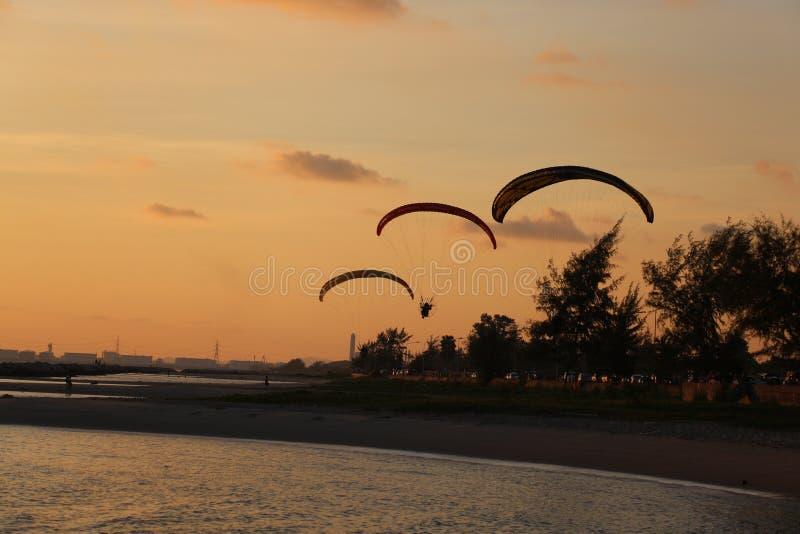 Paramotor sul rayong della spiaggia al tramonto fotografie stock libere da diritti