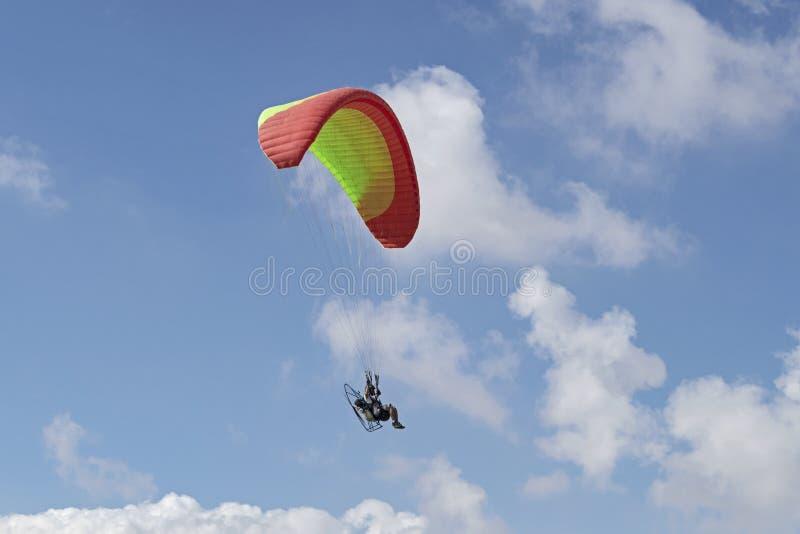 Paramotoring in den Wolken über dem Negev in Israel stockbilder