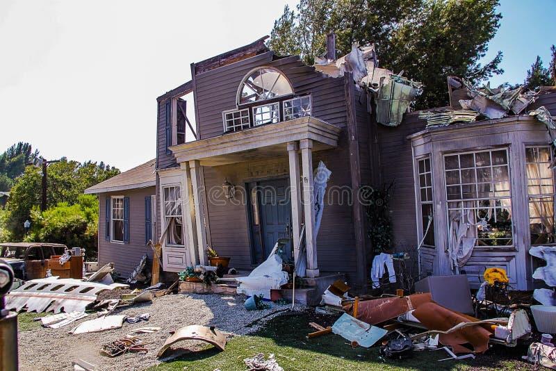 Paramount studior föreställer förstörd byggnad efter flygplanskraschplats USA Los Angeles Hollywood royaltyfri fotografi