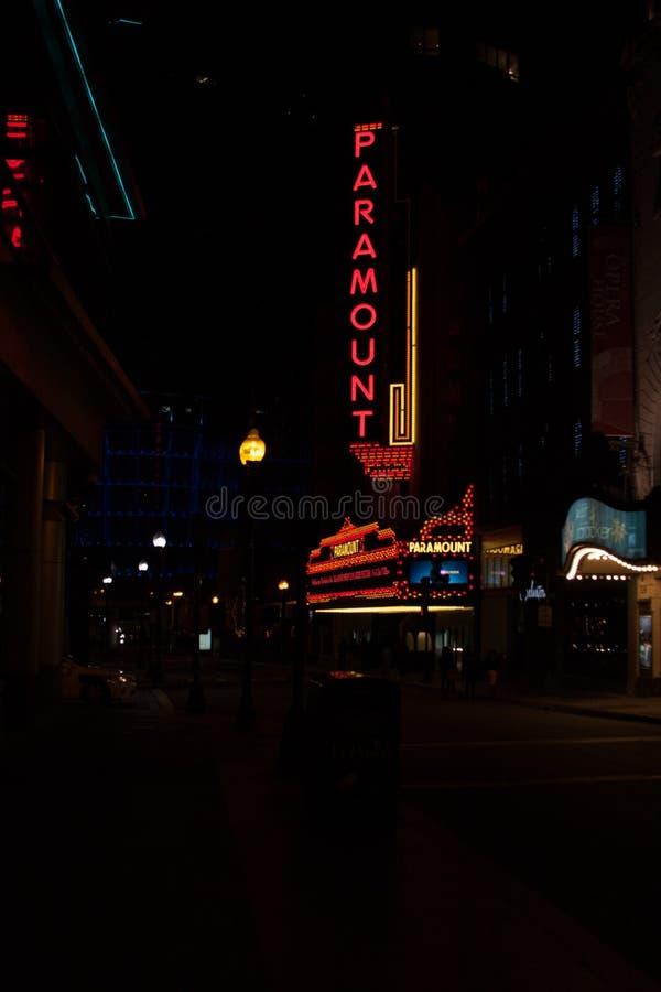 Paramount teater i Boston på natten arkivbild
