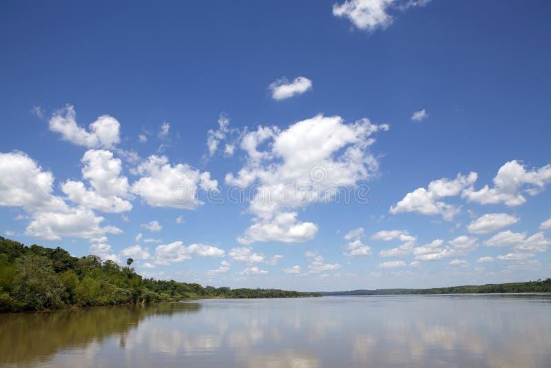 Paranà rivier langs de grens van Argentinië en van Paraguay stock afbeelding