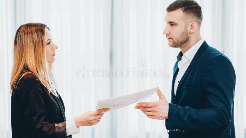 Parando a carta de demissão fêmea do empregado do trabalho imagens de stock