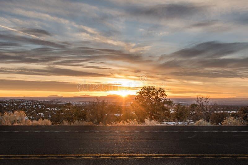 Parando el coche a lo largo del camino, y esperar la puesta del sol de terminar su ciclo de la vida imagen de archivo libre de regalías