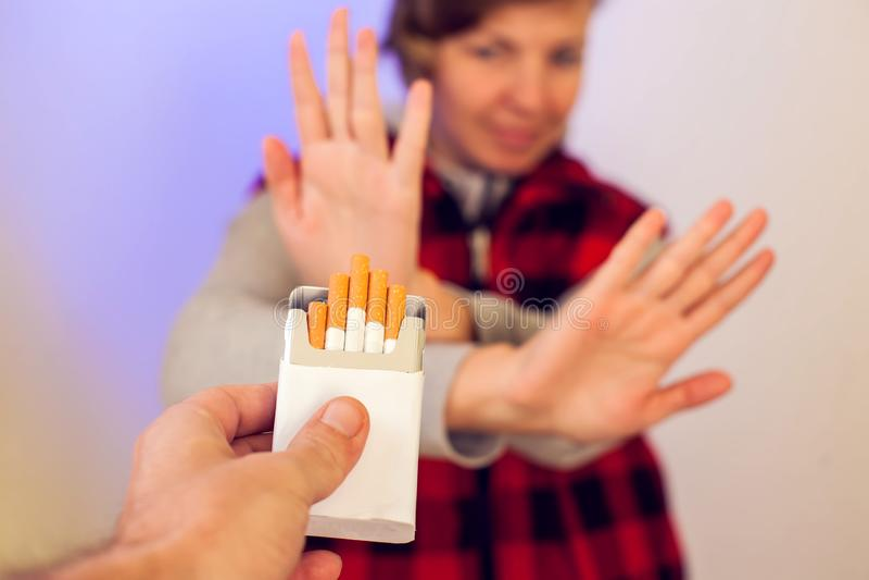Parando o conceito de fumo A m?o est? recusando a oferta do cigarro Os povos, param de fumar e conceito do healtcare foto de stock