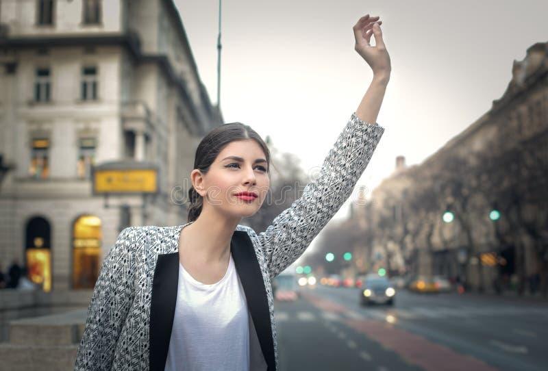 Parando um táxi fotografia de stock royalty free