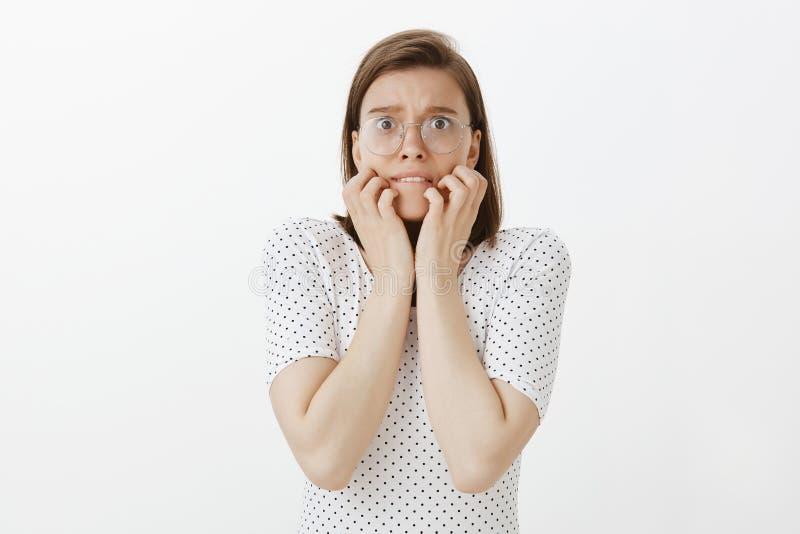 Paranoico ed amica ansiosa spaventati delle conseguenze Ritratto della donna sveglia colpita e spaventata in vetri e punteggiato fotografie stock