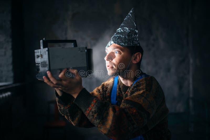 Paranoid man i tennfolielocket, meningsskydd, ufo royaltyfria bilder