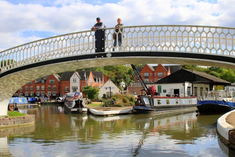 Paranseende på bron vid kanalmarina royaltyfri bild
