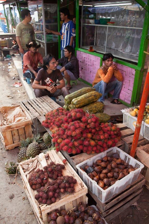 PARAPAT, INDONESIË 18,2012 AUGUSTUS: De mensen verkopen fruit in de markt stock foto