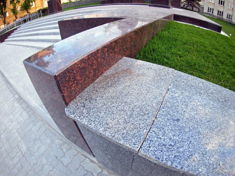 Parapeito de mármore de pedra em um fim da rua da cidade acima fotos de stock