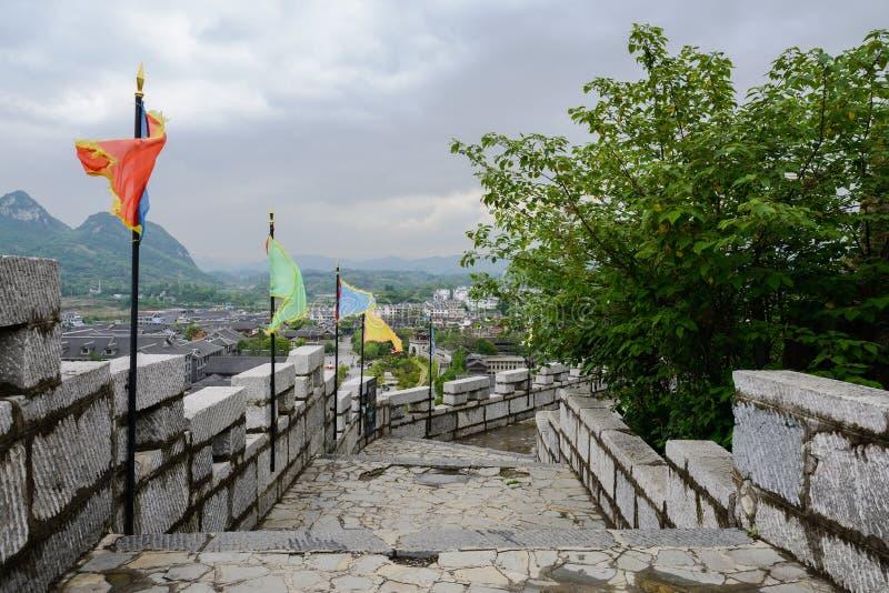 Parapeito de pedra da parede do montanhês na cidade antiga em aftern nebuloso imagem de stock