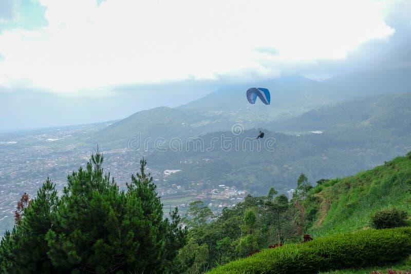 Parapendio nel cielo di Batu, Indonesia fotografia stock
