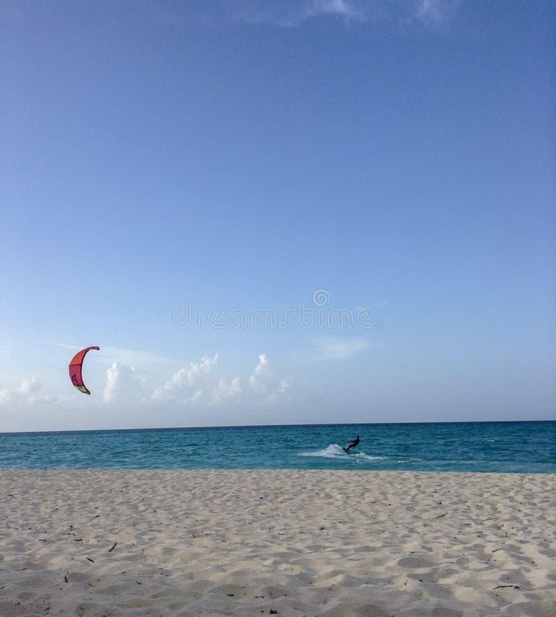 parapendio nell'oceano cubano fotografia stock libera da diritti