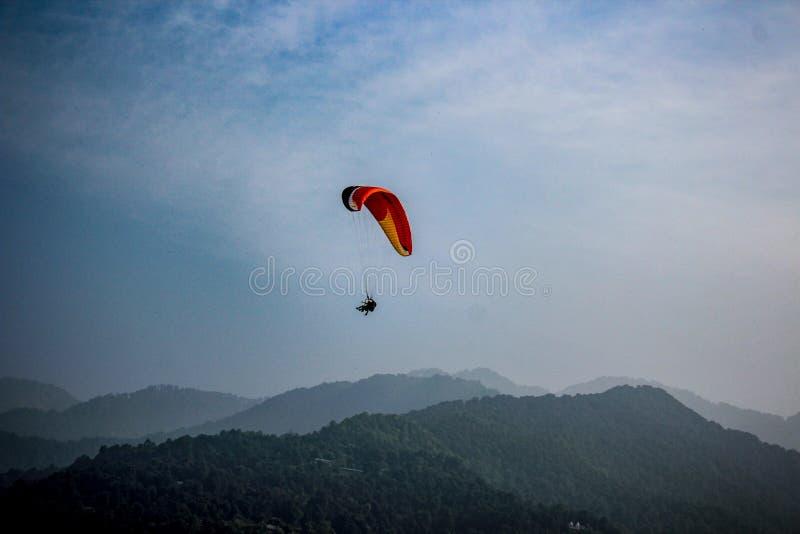 Parapendio nelle montagne, India immagini stock libere da diritti