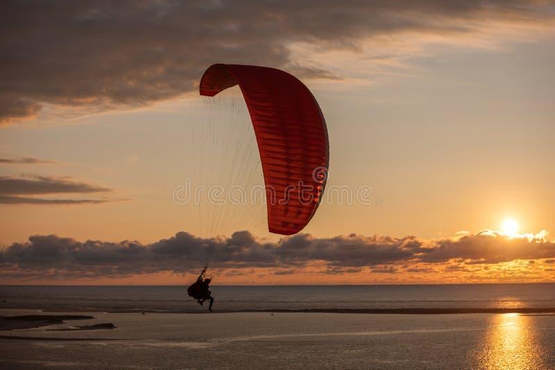 Parapendio sopra il mare fotografie stock