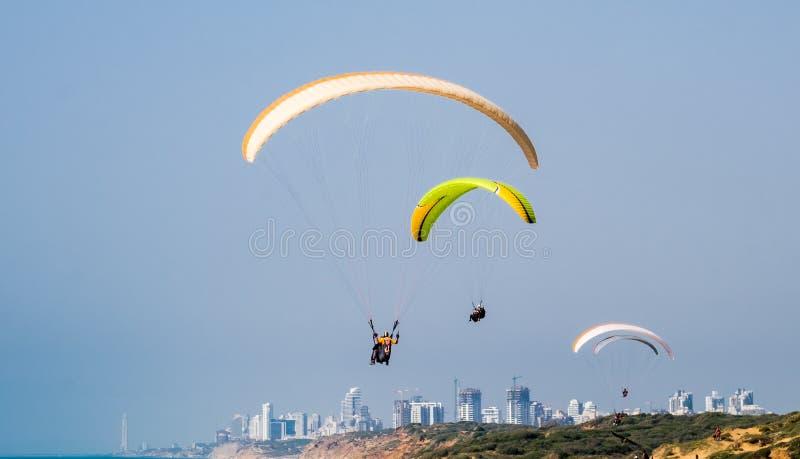 Parapendio sopra la spiaggia di Arsuf e del mar Mediterraneo immagine stock