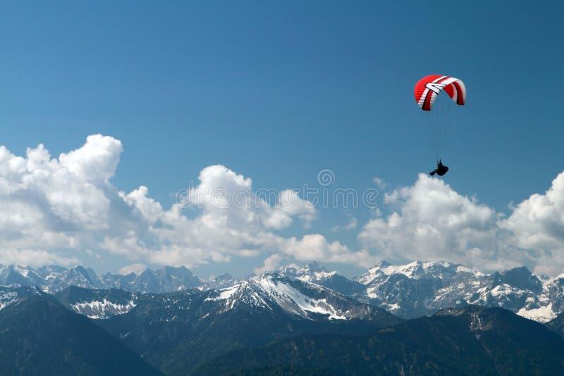 Parapendio sopra le montagne immagine stock