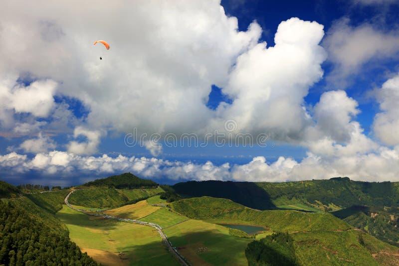 Parapendio sul cielo nuvoloso, Sete Cidades, il 30 luglio 2017 fotografia stock