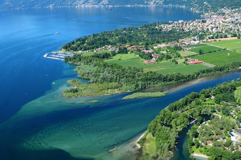 Parapente acima do delta de Lago Maggiore perto de Ascona e de Locarno fotos de stock royalty free