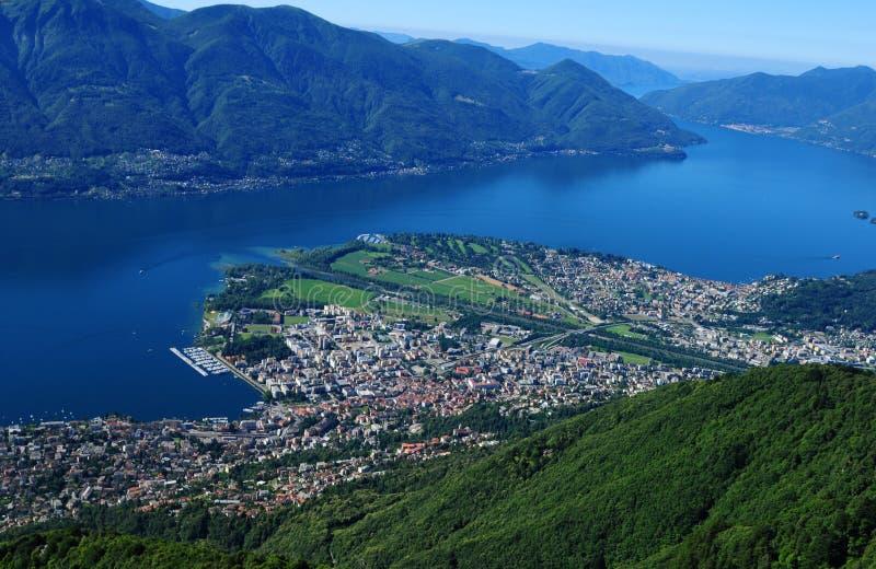 Parapente acima do lago Maggiore em Ticino com Locarno e Ascon fotos de stock royalty free
