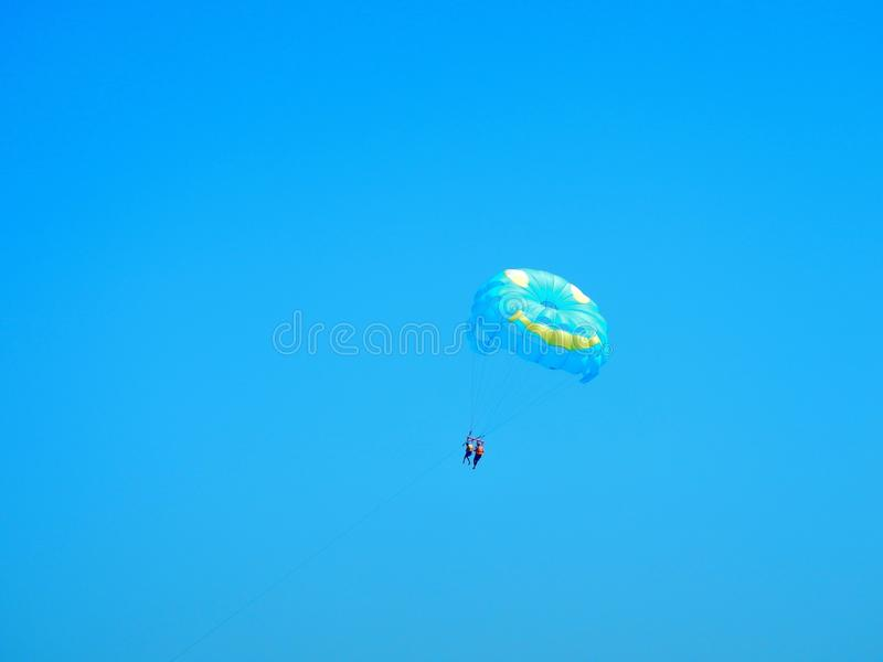 Parapente - aventura do céu foto de stock royalty free