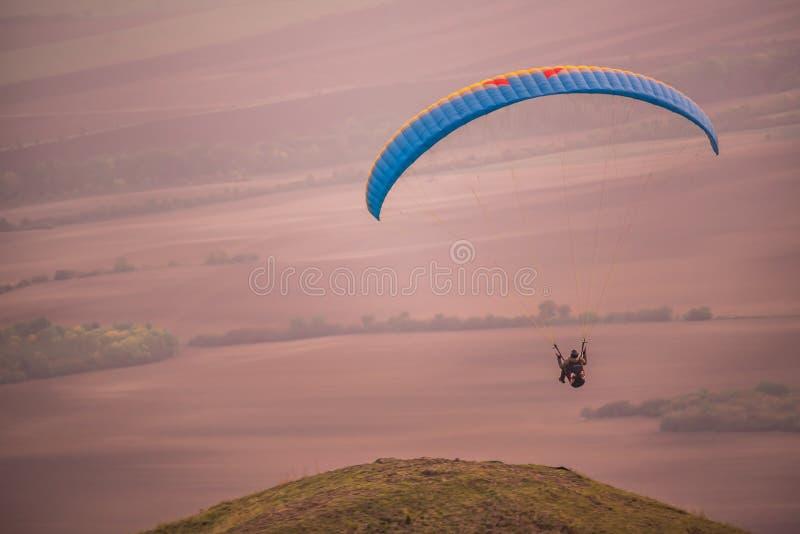 Parapente da liberdade nas cores de por do sol em curso fotografia de stock