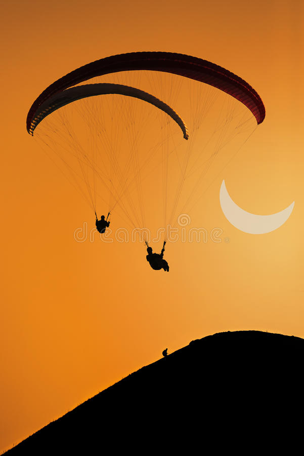 Parapente e eclipse solar parcial fotografia de stock royalty free