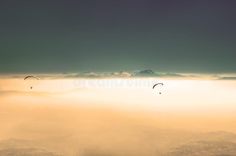 Parapente em nepal com o himalaya no por do sol, dramático fotografia de stock royalty free