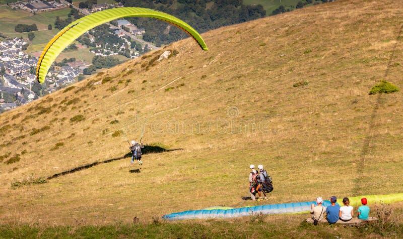Parapente em voo na parte superior da montanha em 1700 medidores imagens de stock