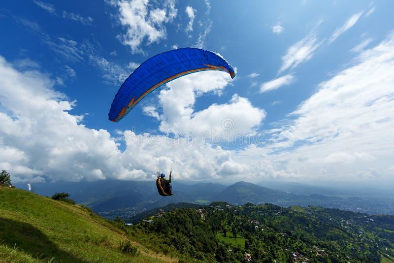Parapente na montanha Sarangkot em Pokhara fotos de stock