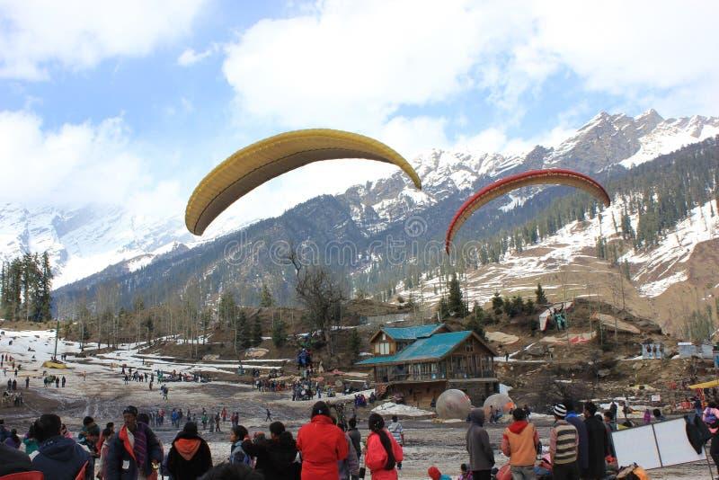 Parapente no vale de Solang, Manali Himachal Pradesh, (Índia) imagens de stock royalty free