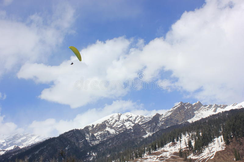 Parapente no vale de Solang, Manali Himachal Pradesh, (Índia) imagem de stock royalty free