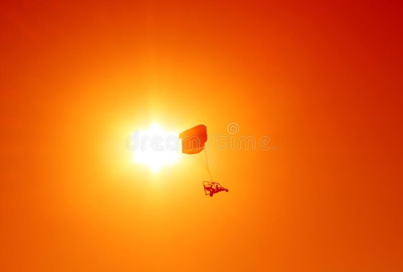 Parapente posto sobre o por do sol imagem de stock