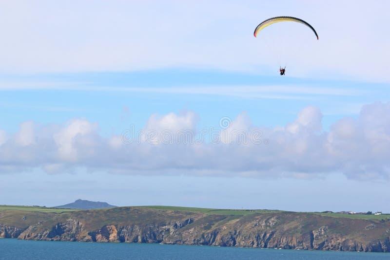 Parapente sobre la playa de Newgale, bahía de St Brides, Gales fotos de archivo libres de regalías