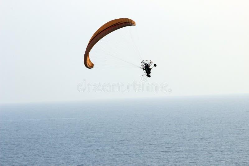 Parapente sobre o oceano imagens de stock royalty free