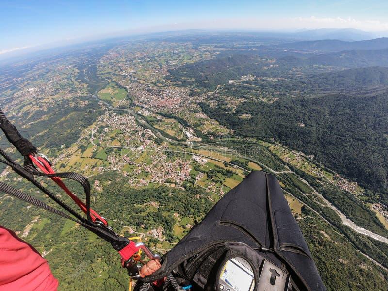 Parapente sobre os cumes em um dia de mola bonito, Itália fotografia de stock royalty free