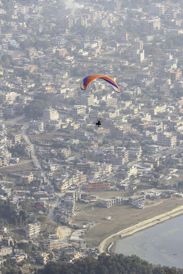 Parapente sobre Pokhara foto de stock royalty free