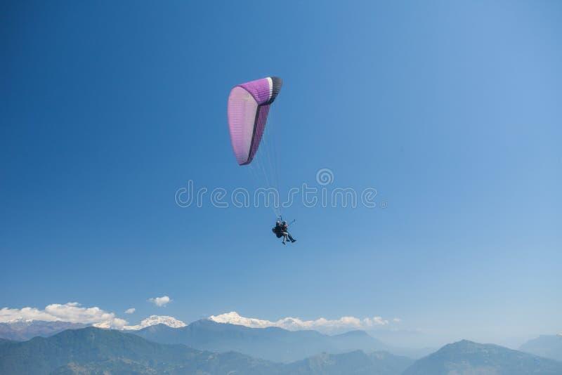 Parapente sobre Pokhara, Nepal imagens de stock royalty free