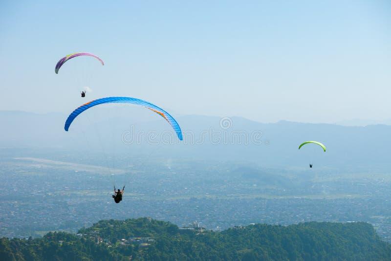 Parapente sobre Pokhara, Nepal fotografia de stock royalty free