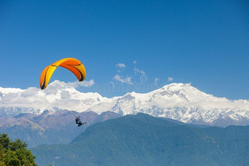 Parapente sobre Pokhara, Nepal fotos de stock