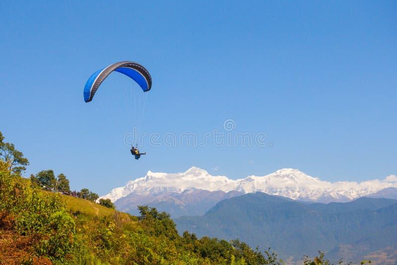 Parapente sobre Pokhara, Nepal imagem de stock royalty free