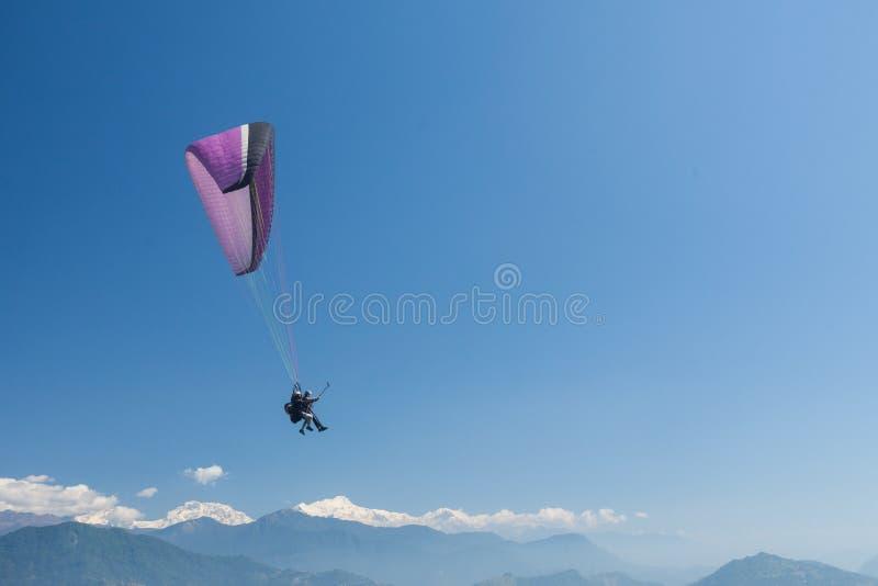 Parapente sobre Pokhara, Nepal foto de stock