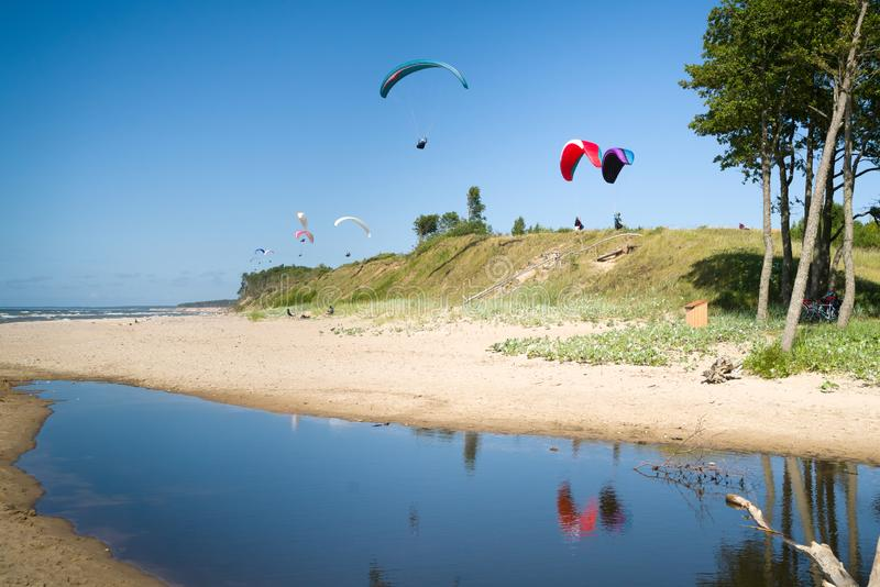 Parapentisme dans la plage photographie stock
