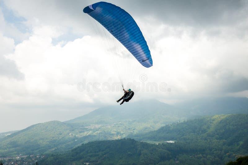 Parapentisme dans le ciel de Batu, Indonésie image stock