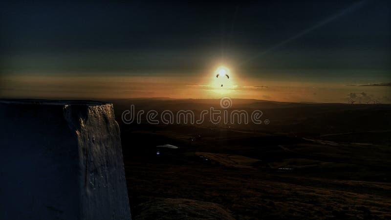 Parapentisme dans le soleil photo libre de droits