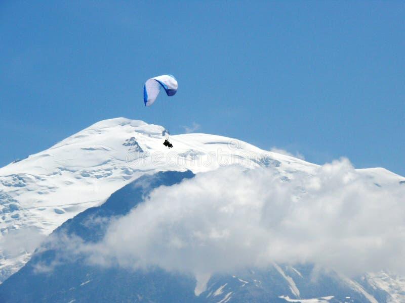 Parapentisme devant Mont Blanc photographie stock