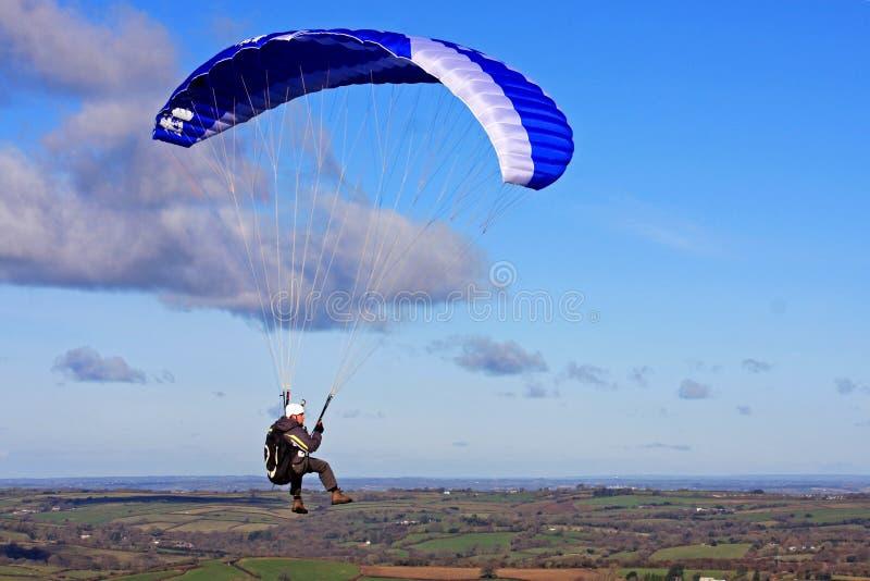 Parapentiste au-dessus de Dartmoor image stock