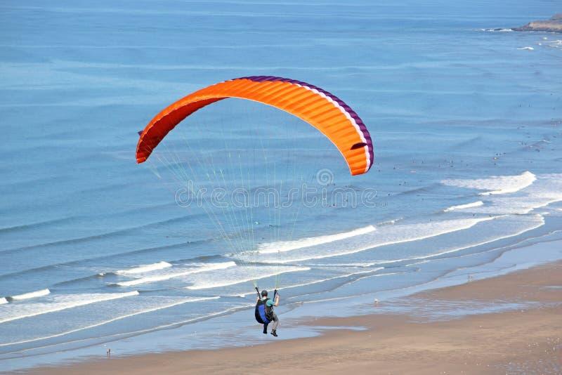 Parapentiste au-dessus de plage de Rhossili photographie stock libre de droits