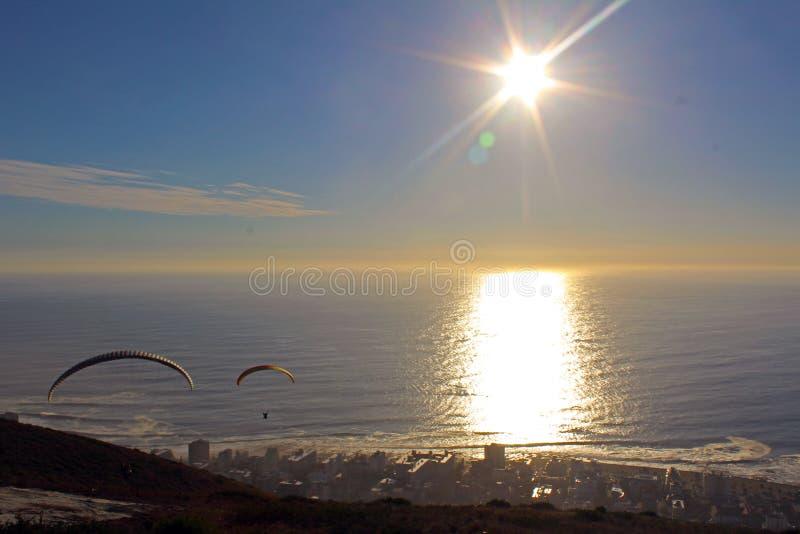 Parapentiste dans le coucher du soleil au-dessus de Cape Town photographie stock