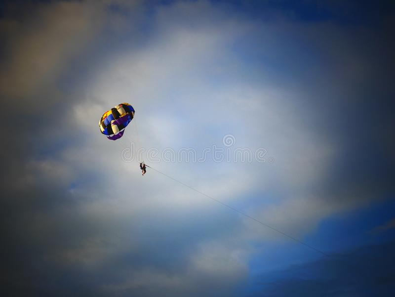 Parapentiste sur le ciel photos stock